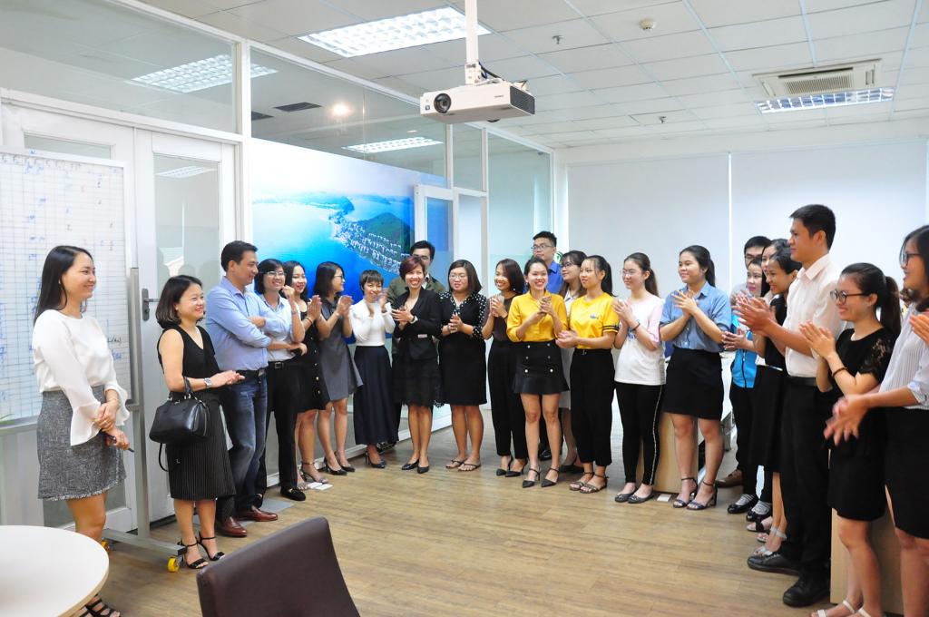 Các thành viên Nhà Đại Phát hửng ứng không khí và cũng chào đón Ban lãnh đạo Sun Group