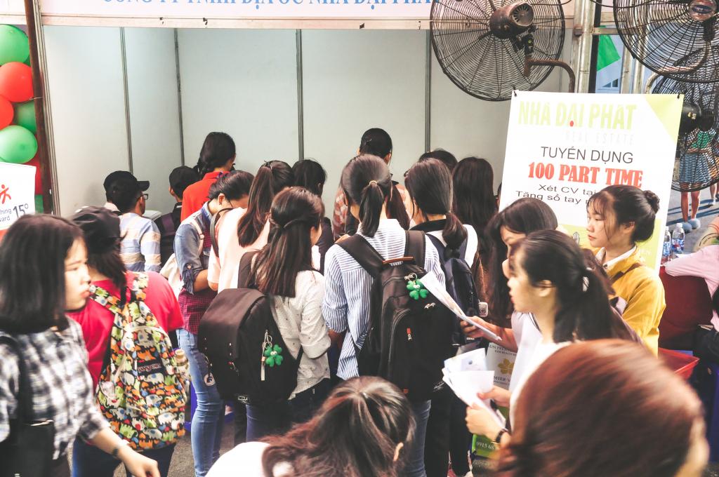 Các bạn sinh viên đứng chờ tới lượt tư vấn của Nhà Đại Phát