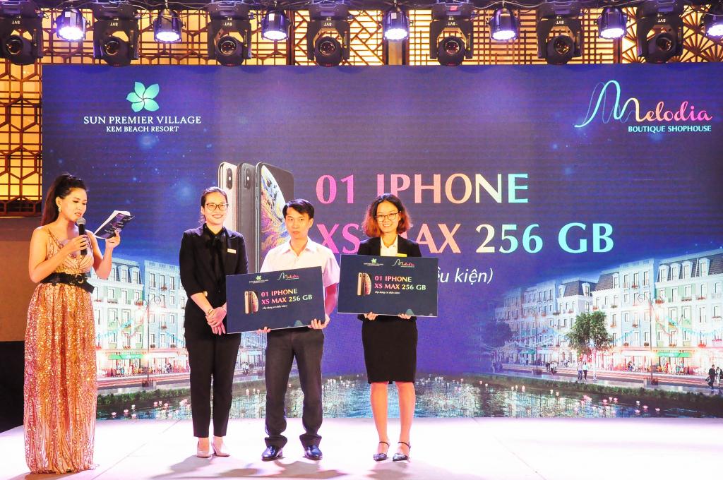 Các khách hàng của Nhà Đại Phát được trao tặng những chiếc iphone XS