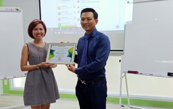 Giám đốc công ty Nhà Đại Phát trao bằng khen cho Best Seller tháng 5