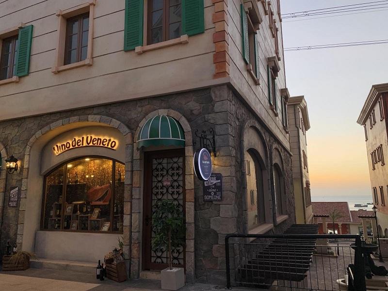 Shophouse Địa Trung Hải với những ô cửa sổ trưng bày màu sắc